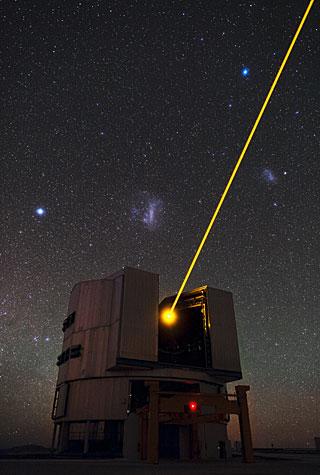 Telescopio en Observatorio Paranal, láser funcionado con estrellas de fondo.